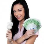 Frau mit Energie Sparlampe. Energielampe und Euro Geld
